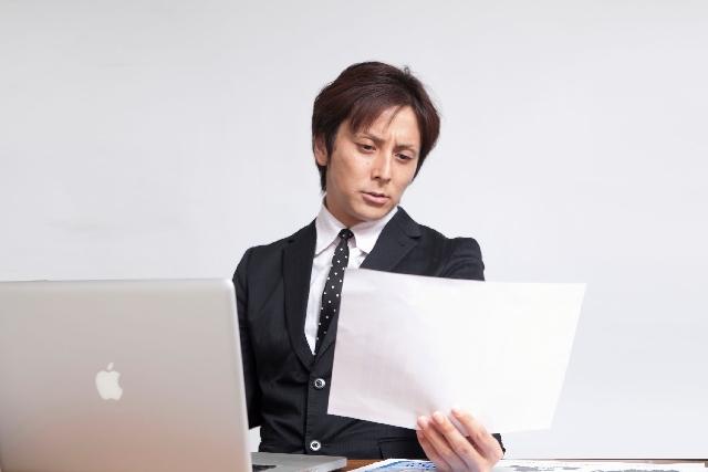 書類を作成する男性