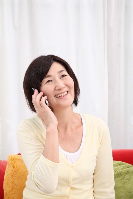 スマートフォンで話すシニア女性
