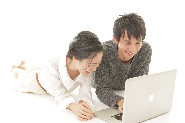 パソコンを使うカップル