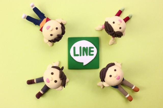 LINEを囲む人