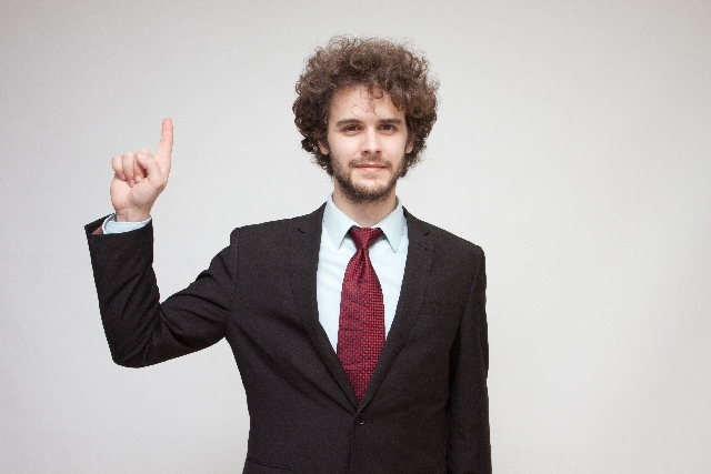 指さしをする男性
